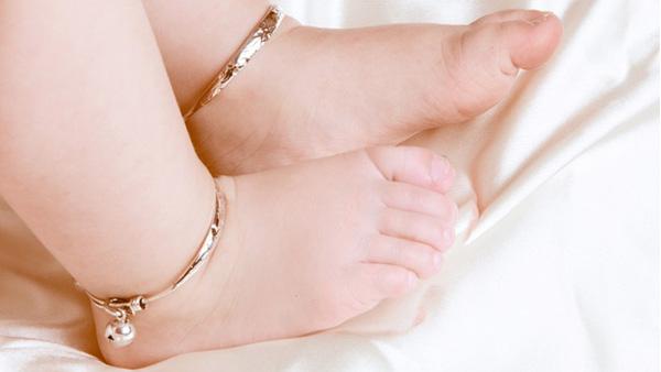 Đeo vòng bạc cho con thường xuyên, mẹ sẽ phải giật mình vì tác hại của nó