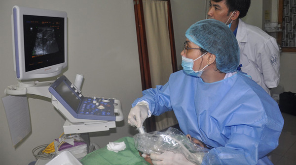 Bác sĩ tiêm cồn trực tiếp vào khối u tuyến giáp của bệnh nhân