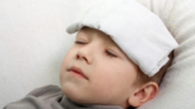 Khi trẻ sốt nên chườm ấm hay lạnh?
